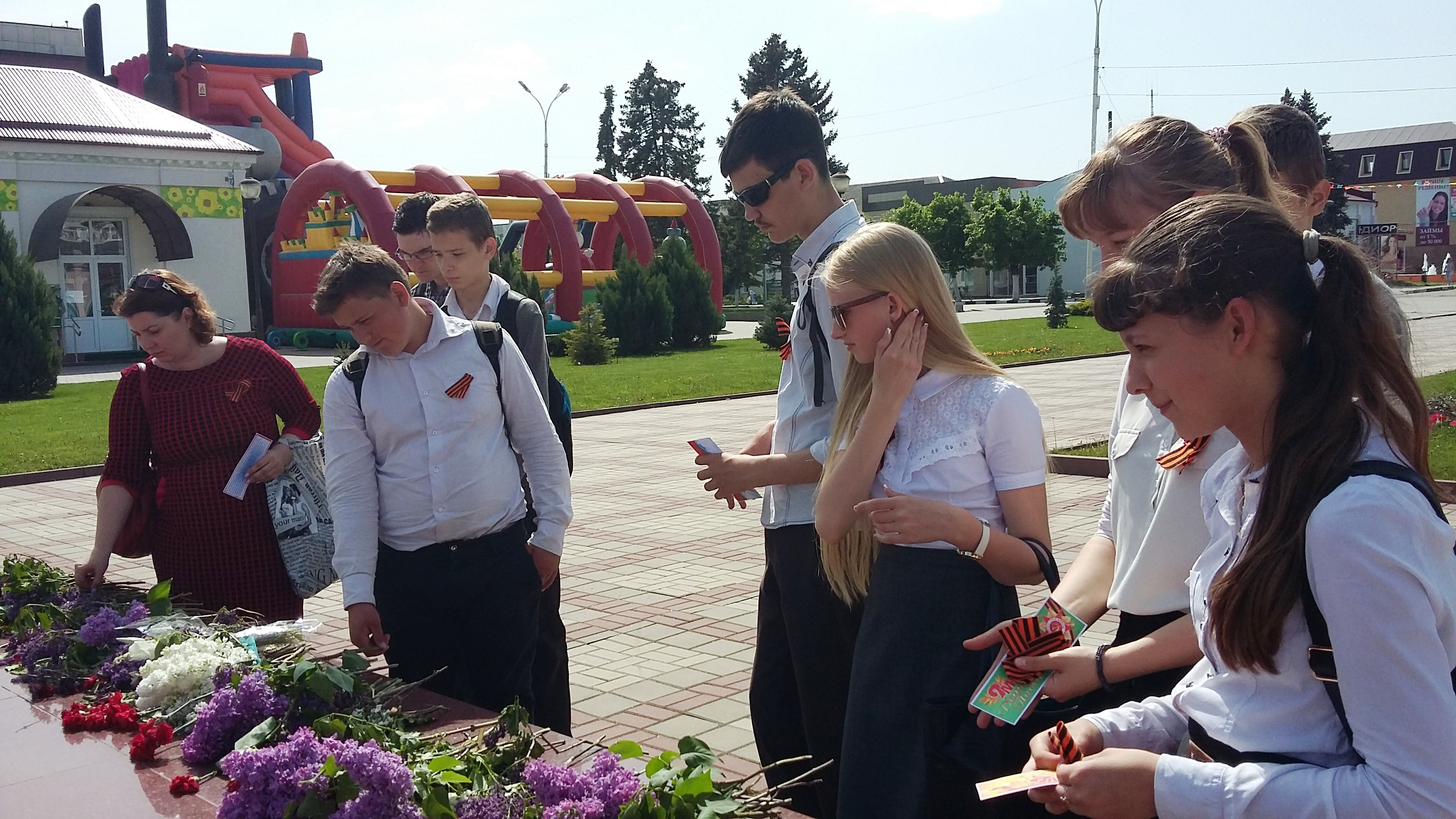 Ребята клубного объединения Скифы возлагают цветы на плиты обелиска Славы